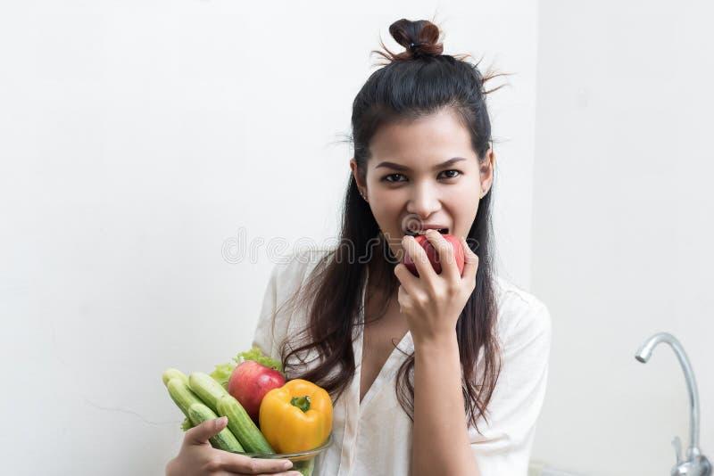 Mujer con las frutas y verdura imagen de archivo