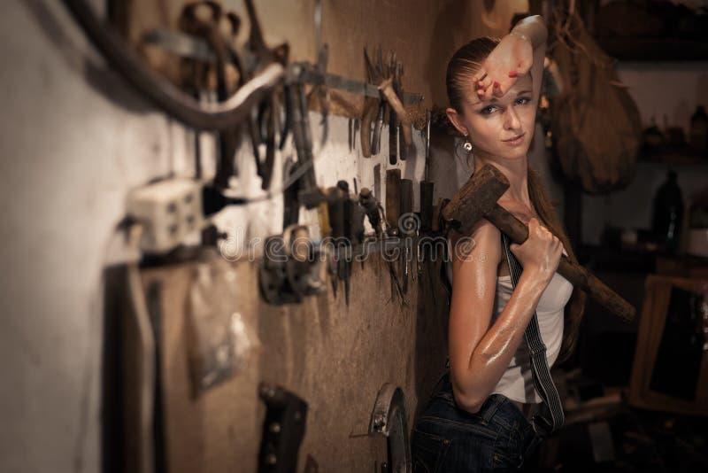 Mujer con las herramientas de los hombres imagenes de archivo