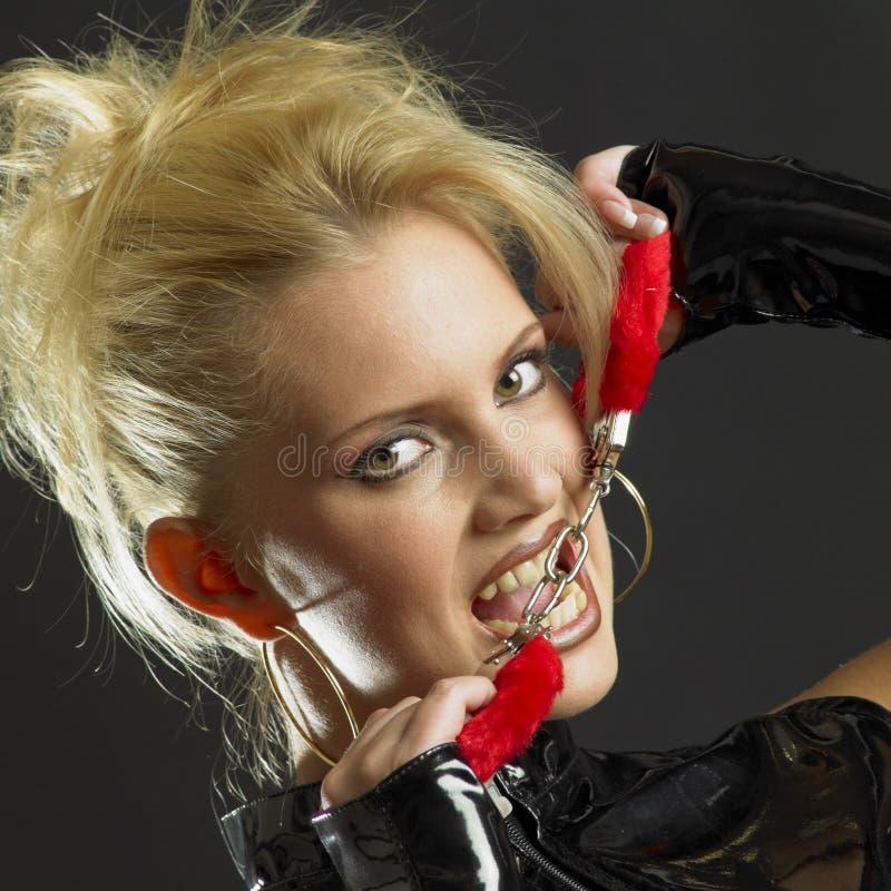 Mujer con las manillas foto de archivo