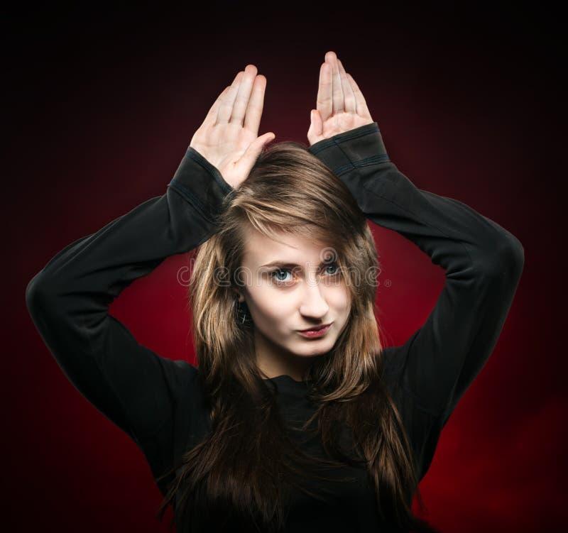 Mujer con las manos levantadas