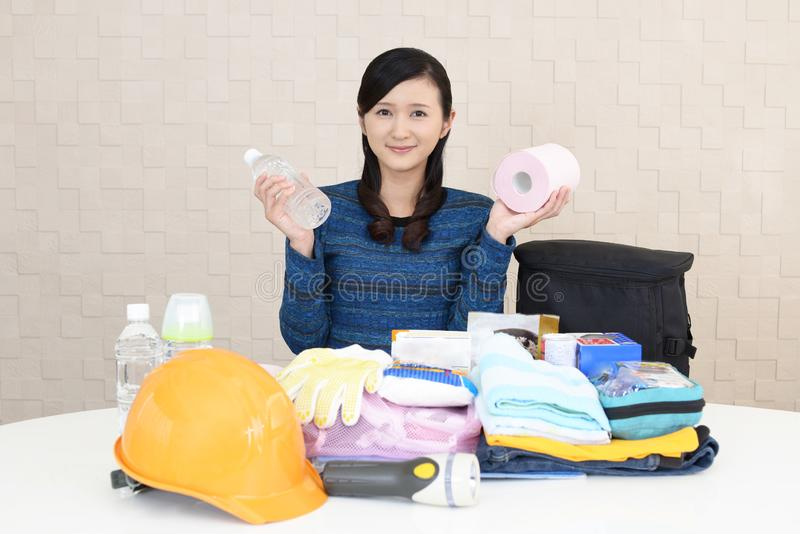 Mujer con las mercancías de la prevención de desastre foto de archivo