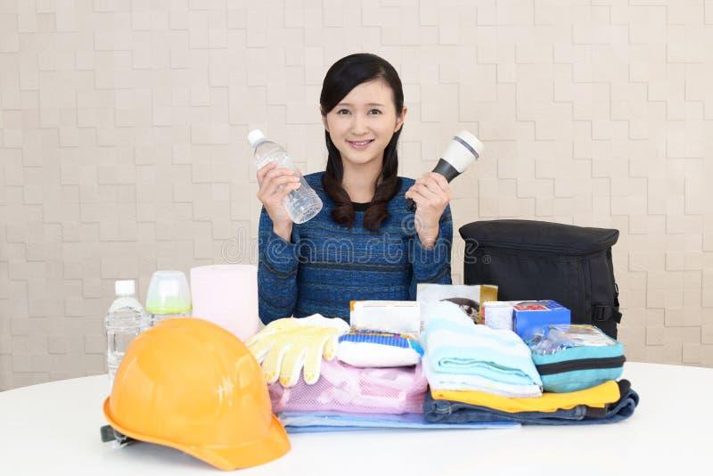 Mujer con las mercancías de la prevención de desastre fotos de archivo