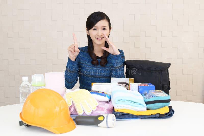 Mujer con las mercancías de la prevención de desastre imagenes de archivo