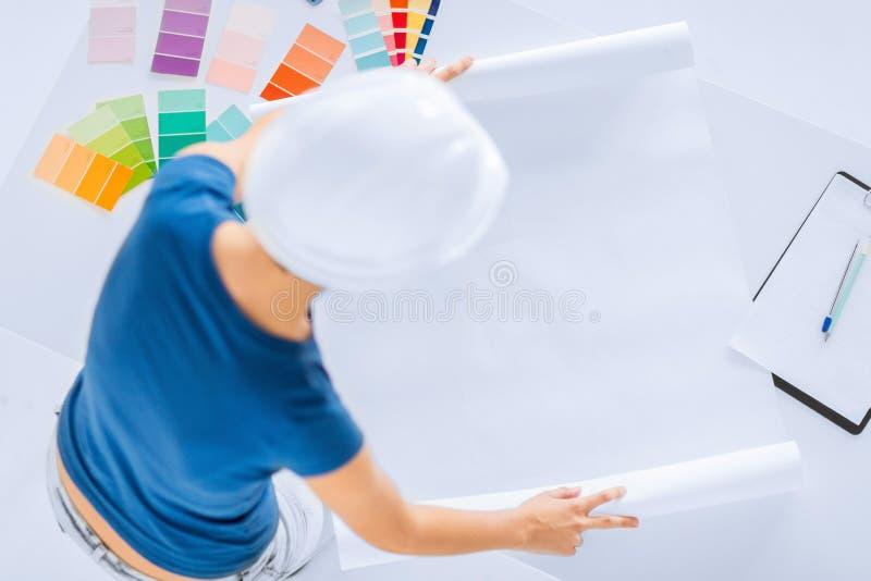 Mujer con las muestras y el modelo del color imagen de archivo