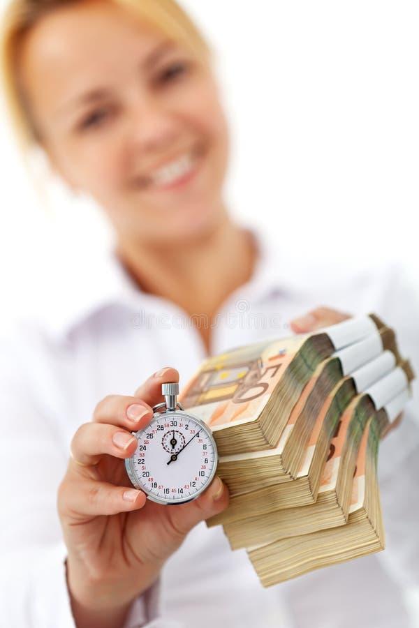 Mujer con las pilas y el cronómetro del euro fotos de archivo