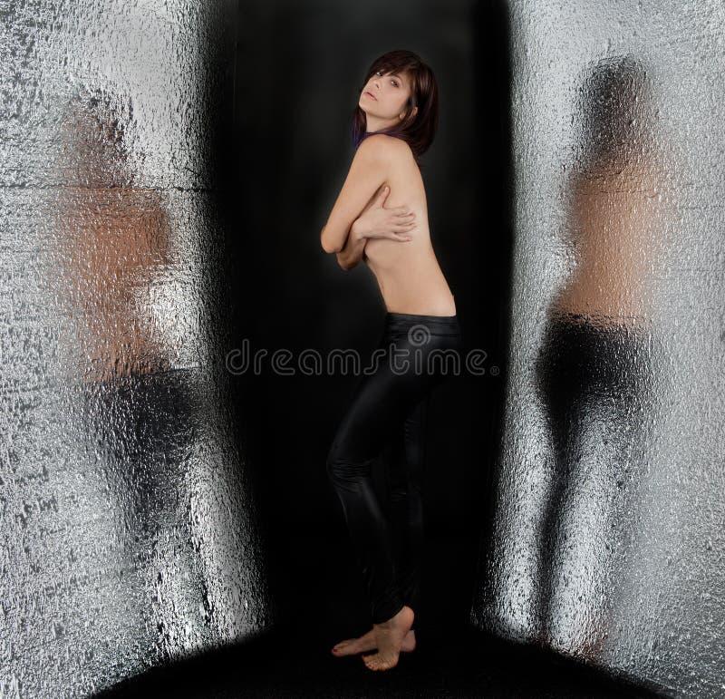 Mujer con las tetas al aire con reflexiones foto de archivo