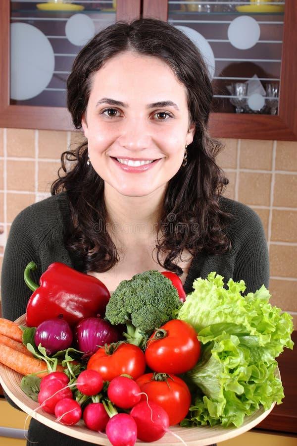 Mujer con las verduras frescas imagen de archivo