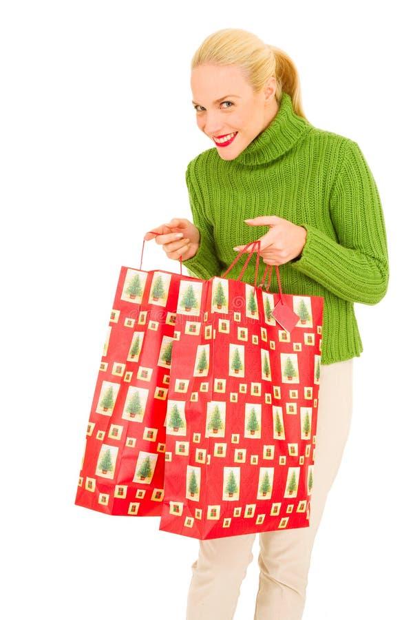 Mujer con los bolsos con los regalos de la Navidad foto de archivo