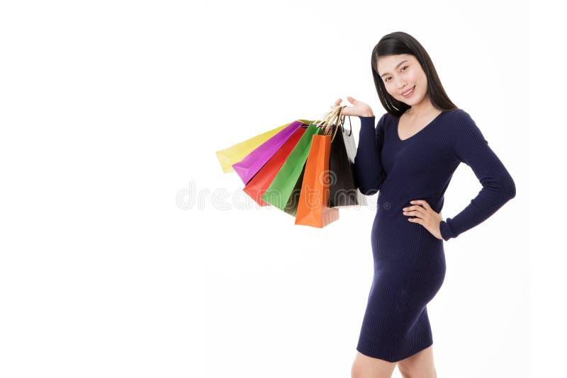 Mujer con los bolsos de compras aislados en el fondo blanco imágenes de archivo libres de regalías