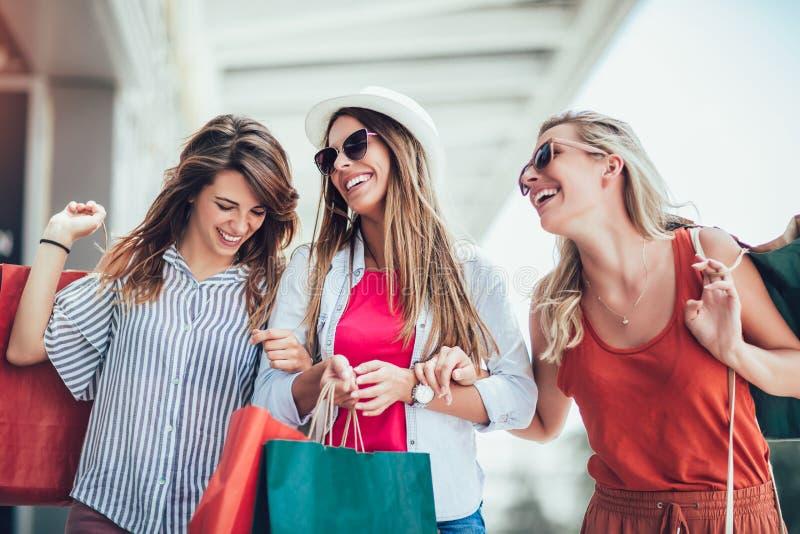 Mujer con los bolsos de compras en la ciudad-venta, las compras, el turismo y el concepto feliz de la gente fotos de archivo libres de regalías