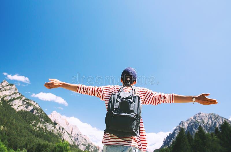 Mujer con los brazos aumentados para arriba en la naturaleza en dolomías, el Tyrol del sur, I fotos de archivo libres de regalías