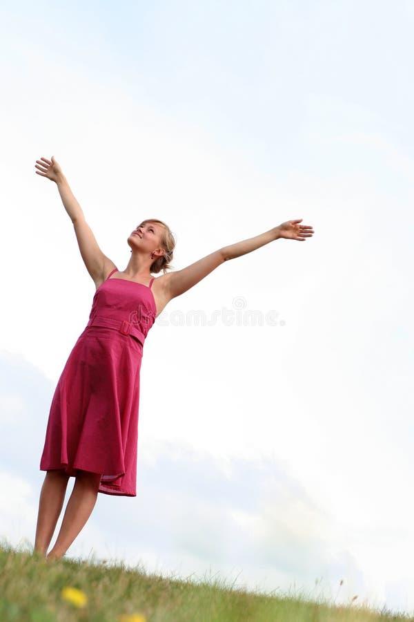 Mujer con los brazos levantados foto de archivo