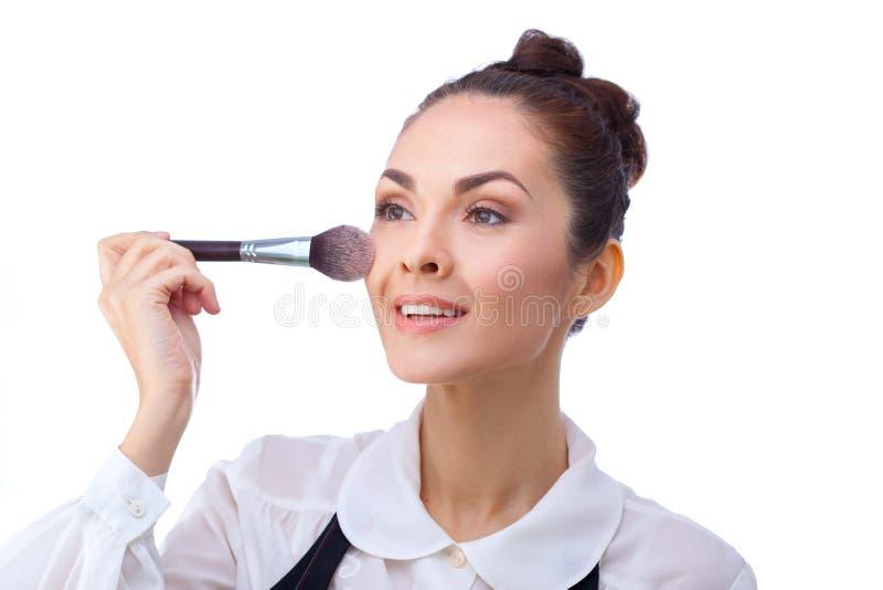 Mujer con los cepillos del maquillaje Todos aislados en blanco imagenes de archivo