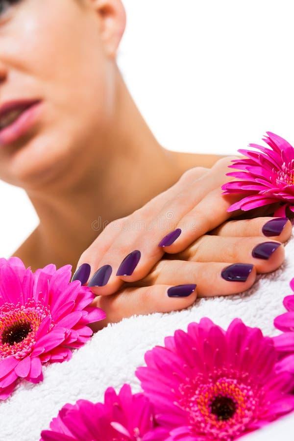 Mujer con los clavos púrpuras manicured hermosos imagen de archivo