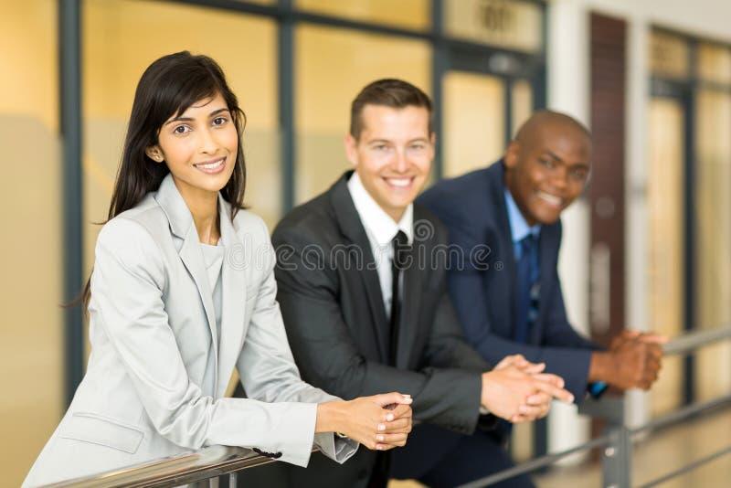 Mujer con los compañeros de trabajo foto de archivo libre de regalías