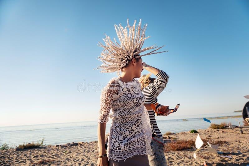 Mujer con los dreadlocks blancos que bailan con su hombre cerca del río imagenes de archivo
