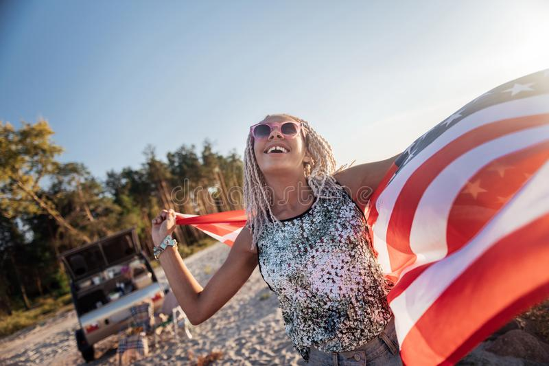 Mujer con los dreadlocks blancos que llevan la sonrisa rosada brillante de las gafas de sol fotos de archivo