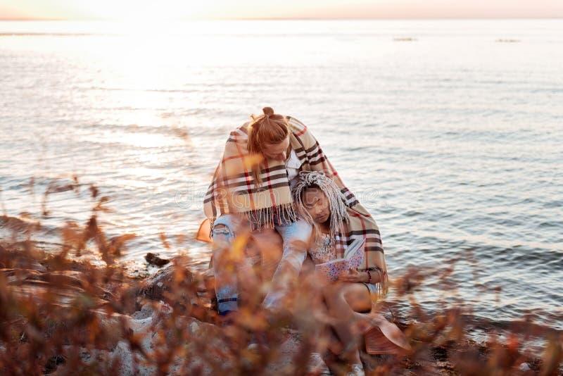 Mujer con los dreadlocks blancos que se inclinan en hombro de su hombre que cuida fotografía de archivo libre de regalías