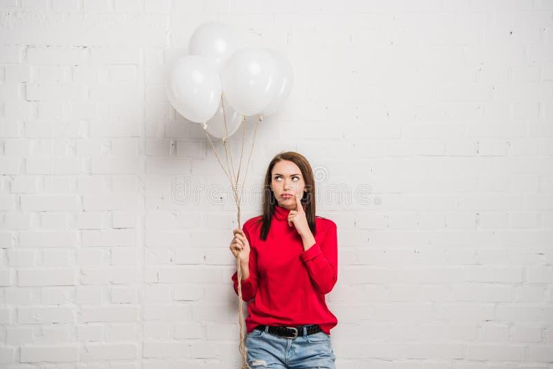 Mujer con los globos del helio foto de archivo