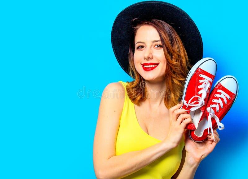 Mujer con los gumshoes rojos foto de archivo libre de regalías