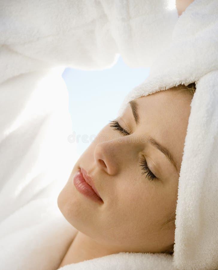 Mujer con los ojos cerrados. imagenes de archivo