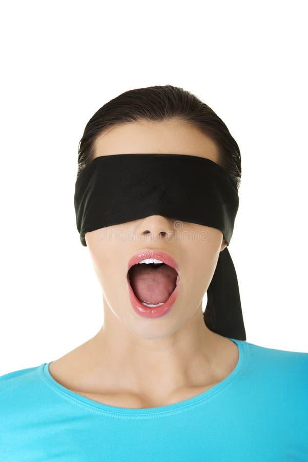 Mujer con los ojos vendados confusa fotos de archivo libres de regalías