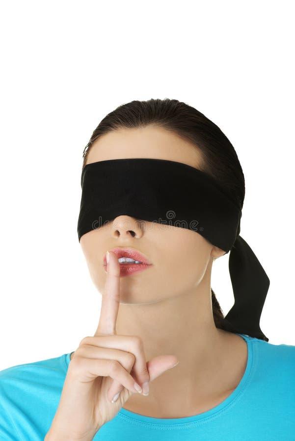 Mujer con los ojos vendados confusa imágenes de archivo libres de regalías