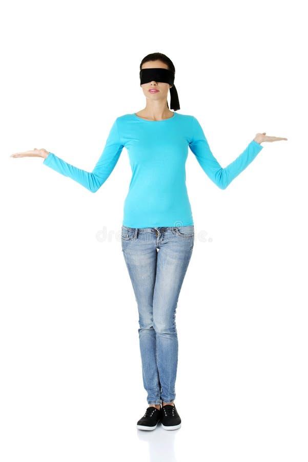 Mujer con los ojos vendados confusa fotografía de archivo libre de regalías
