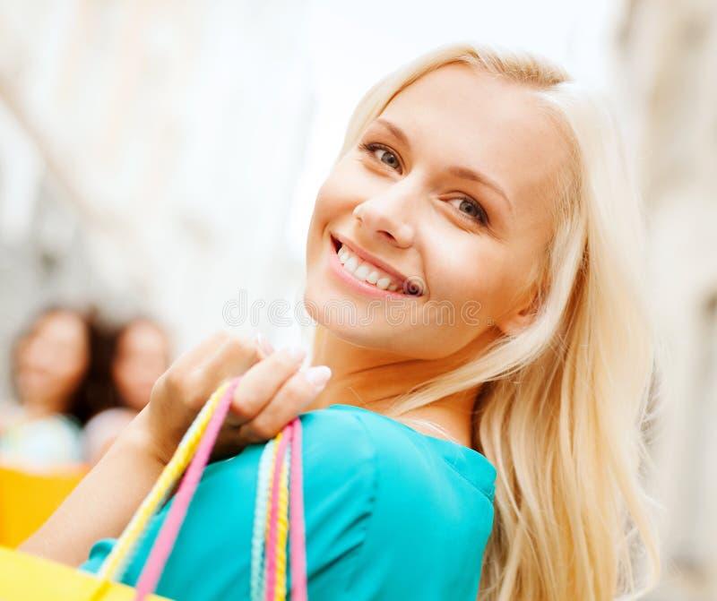 Mujer con los panieres en ctiy fotografía de archivo libre de regalías