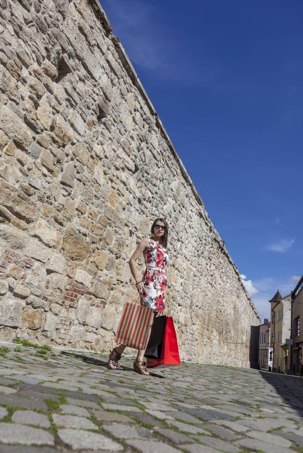 Mujer con los panieres en una ciudad foto de archivo