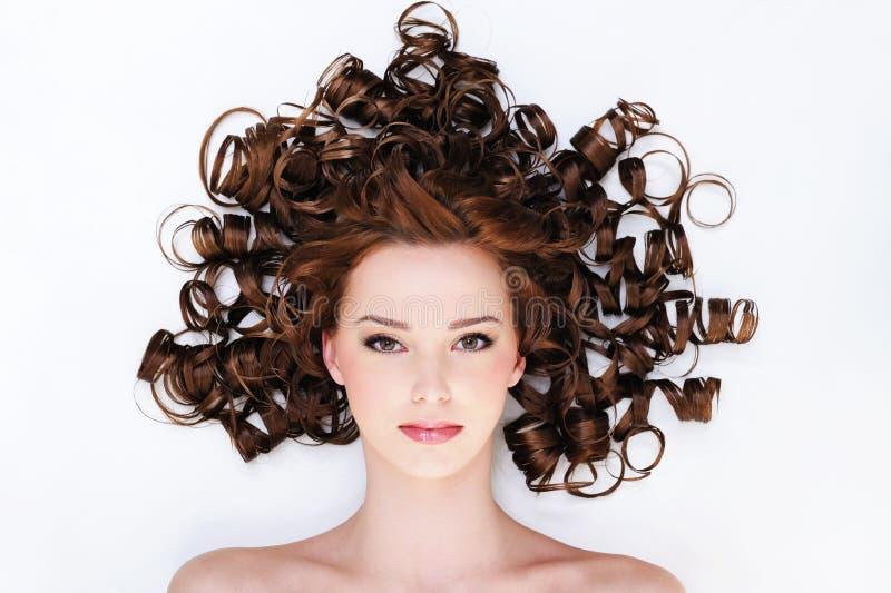Mujer con los pelos rizados hermosos foto de archivo libre de regalías