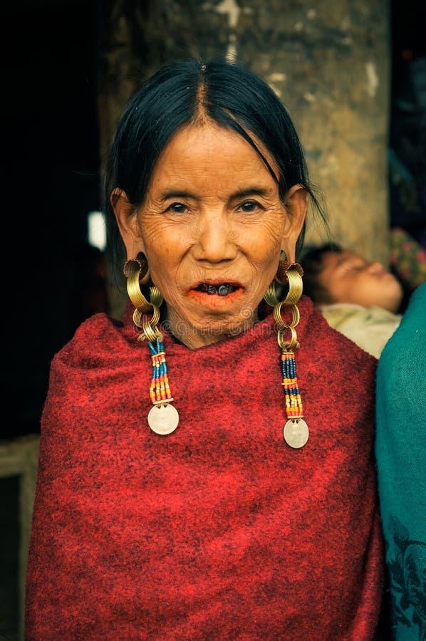 Mujer con los pendientes imagen de archivo
