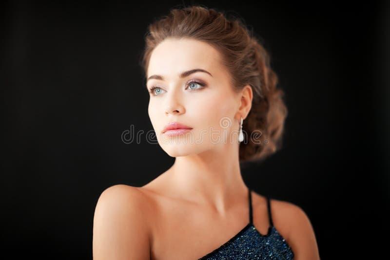 Mujer con los pendientes del diamante imagen de archivo libre de regalías