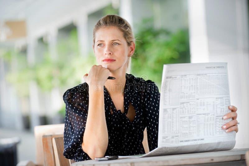 Mujer con los periódicos imagen de archivo