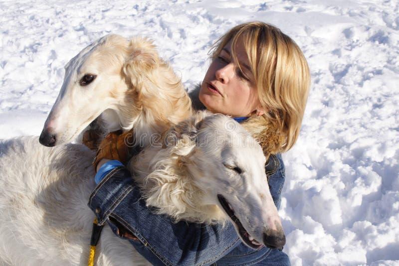 Mujer con los perros fotos de archivo