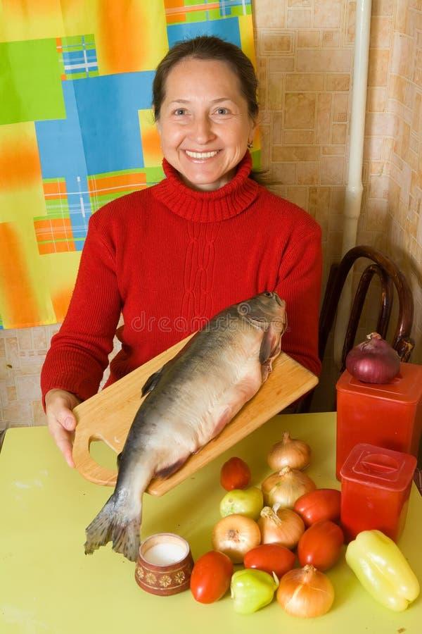 Mujer con los pescados rojos imágenes de archivo libres de regalías