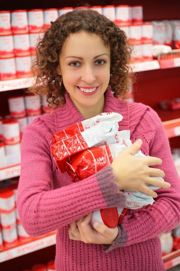 Mujer con los productos en departamento foto de archivo libre de regalías