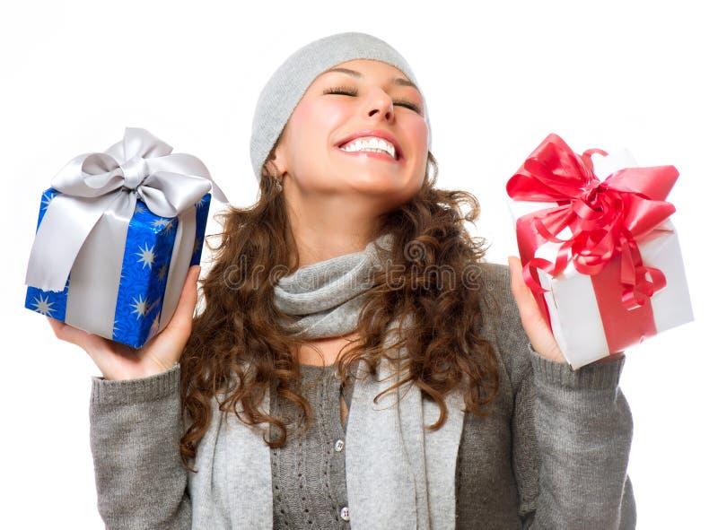 Mujer con los regalos de la Navidad foto de archivo libre de regalías