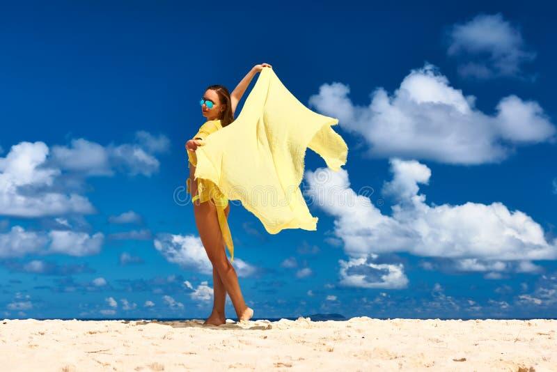 Mujer con los sarong en la playa imagenes de archivo