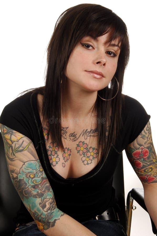 Mujer con los tatuajes del arte de carrocería imagenes de archivo