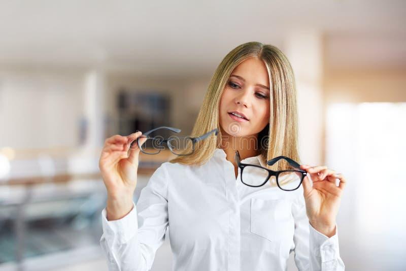 Mujer con los vidrios en un centro de negocios imagen de archivo libre de regalías