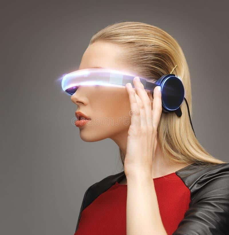 Mujer con los vidrios futuristas fotografía de archivo