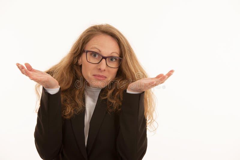 Mujer con los vidrios gesticulando que no sé aislado sobre blanco fotografía de archivo