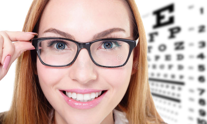 Mujer con los vidrios y la carta de prueba del ojo fotos de archivo