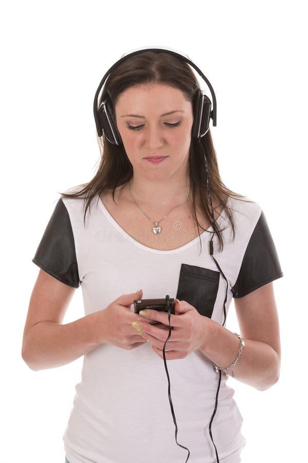 Mujer con música que escucha del auricular imagen de archivo