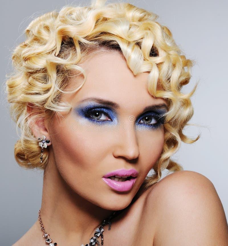 Mujer con maquillaje brillante del encanto fotografía de archivo