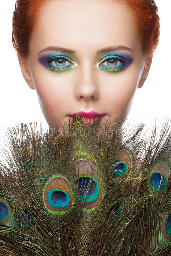 Mujer con maquillaje colorido del pavo real foto de archivo libre de regalías