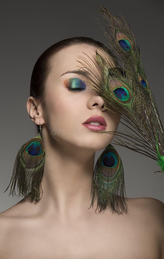 Mujer con maquillaje creativo y el accesorio fotos de archivo