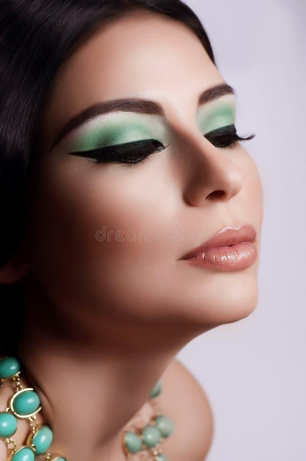 Mujer con maquillaje de la manera imagenes de archivo