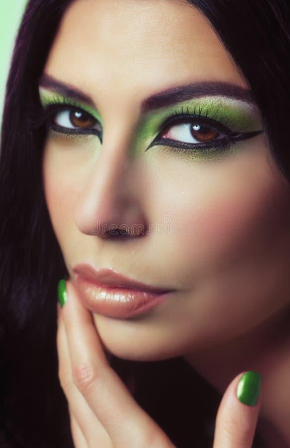Mujer con maquillaje de la manera fotografía de archivo libre de regalías